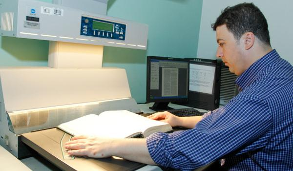 A staff is digitizing a UN document